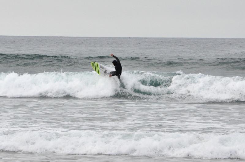 Olas en Deba Txintxe surfeando - IPAR Surf Skate Eskola