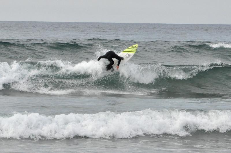 Olas en Deba, basque country, Txintxe surfeando backside reentry - IPAR Surf Skate Eskola