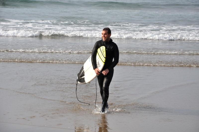 Txintxe saliendo del agua - IPAR Surf Skate Eskola